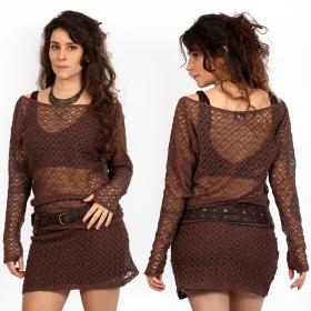 pull en crochet yggdrazil kayäa marron, top manches longues en dentelle résistante avec large encolure, épaule dénudée, mori style, roots look, original et élégant